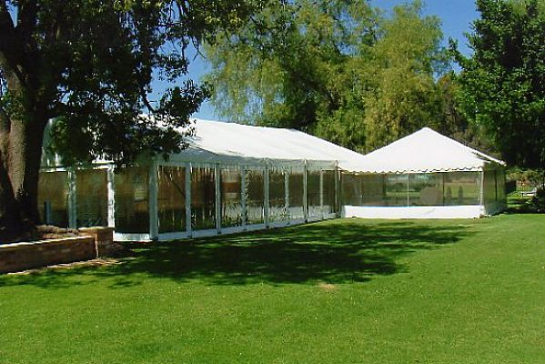 Structure marquee with clear walls